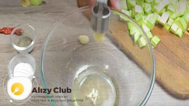 В миску выдавливаем чеснок и готовим маринад
