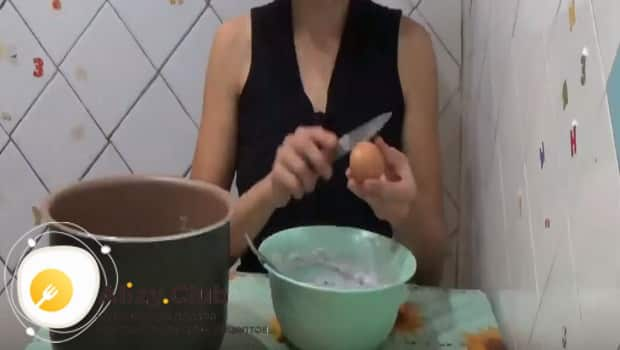 Добавляем одно яйцо