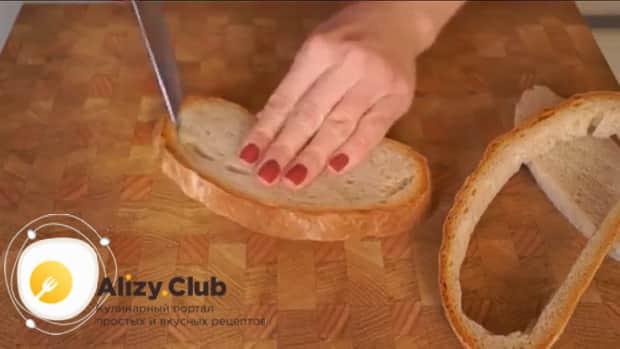 Для приготовления мини пиццы подготовьте хлеб.