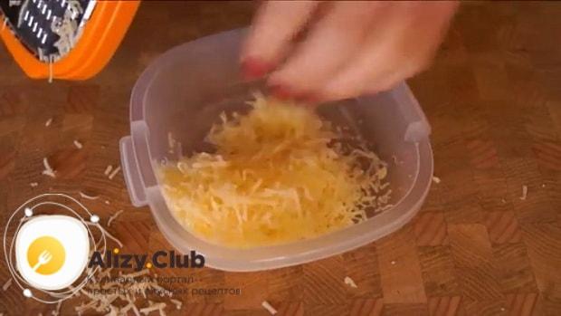 Для приготовления мини пиццы натрите сыр.