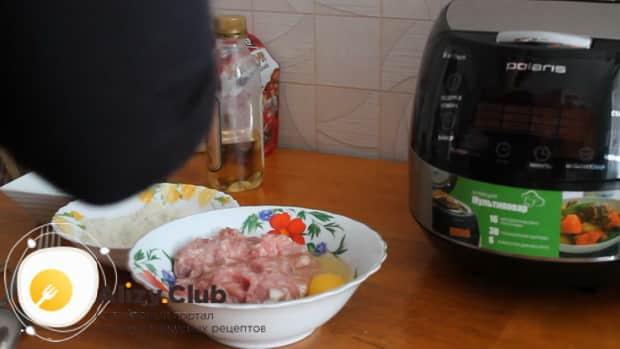 Для приготовления биточков из фарша приготовьте все ингредиенты