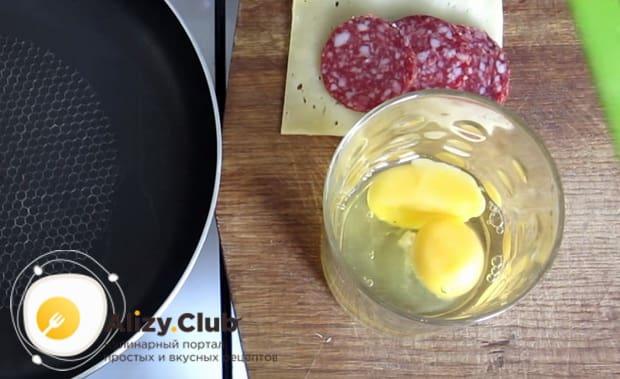 В отдельную посуду разбиваем 2 яйца