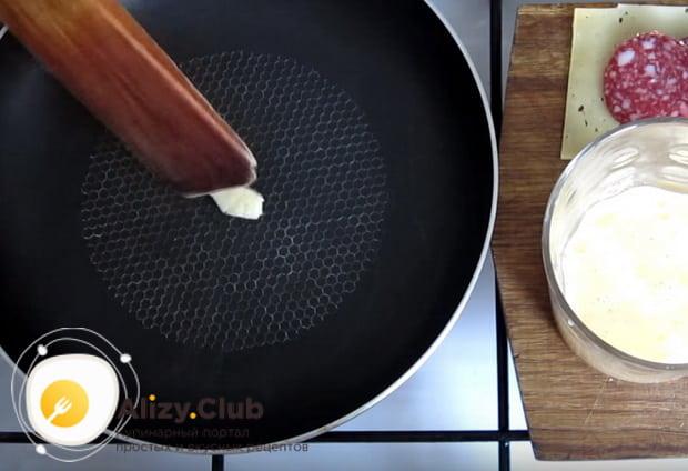 кладем на сковороду масло