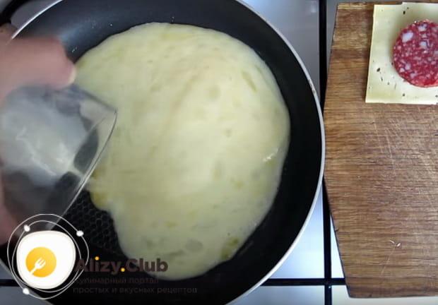 выливаем яичную смесь