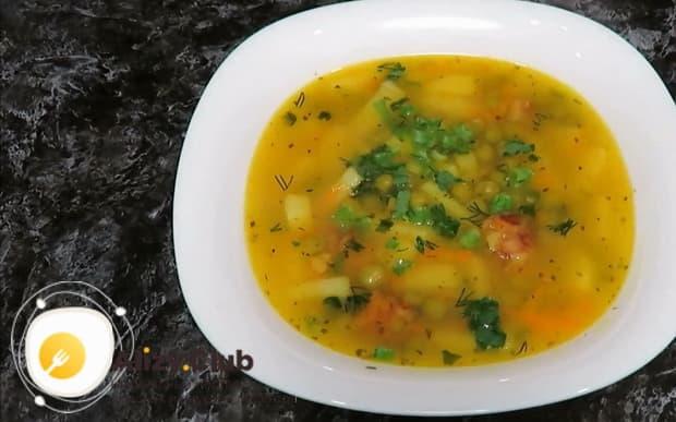 Вкуснейший суп с зеленым консервированным горошком готов.