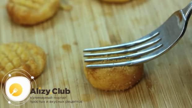Для приготовления печенья с корицей притесните заготовки вилкой.