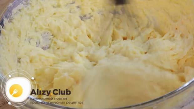 Для приготовления печенья с корицей смешайте масло с яичной смесью.