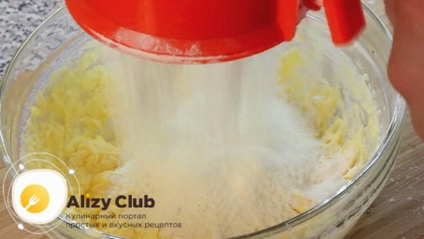 Для приготовления печенья с корицей замесите тесто.