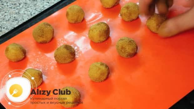 Для приготовления печенья с корицей обмакните заготовки в панировке