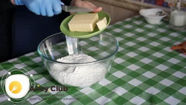 Смешайте муку и масло для приготовления печенья с корицей