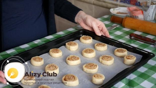 Для приготовления печенья с корицей выложите заготовки на противень.