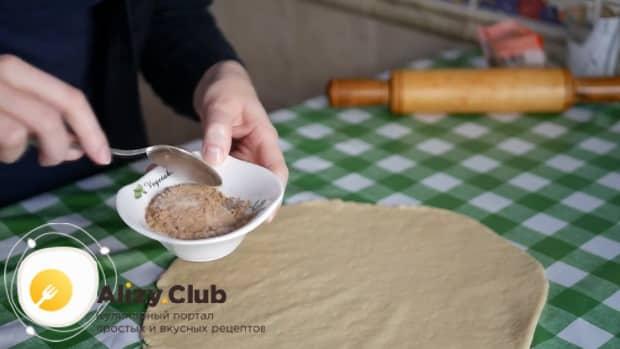 Для приготовления печенья с корицей посыпьте тесто корицей.