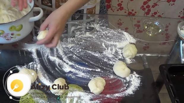 Для приготовления пирожков с рисом и яйцом в духовке, подготовьте все ингредиенты.