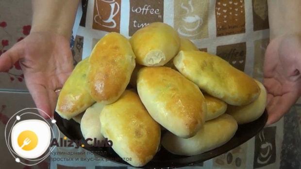 Вкусные пирожки с рисом и яйцом в духовке готовы.