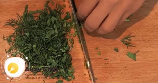 Нарежьте зелень перед тем как сварить пельмени в мультиварке