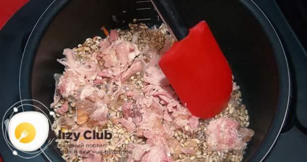 Для приготовления перловой каша с мясом, добавьте в чашу мясо.
