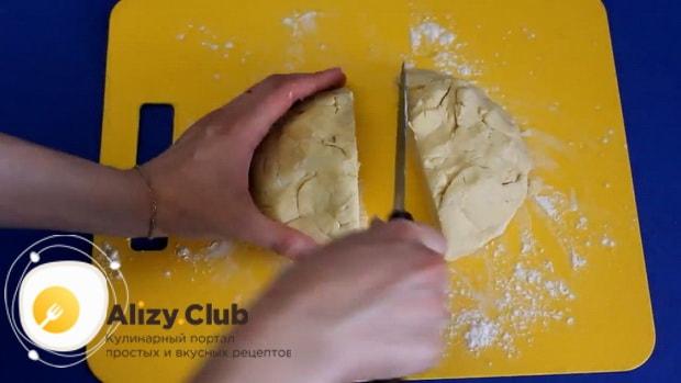 Для приготовления бананового пирога на кефире,разделите тесто.
