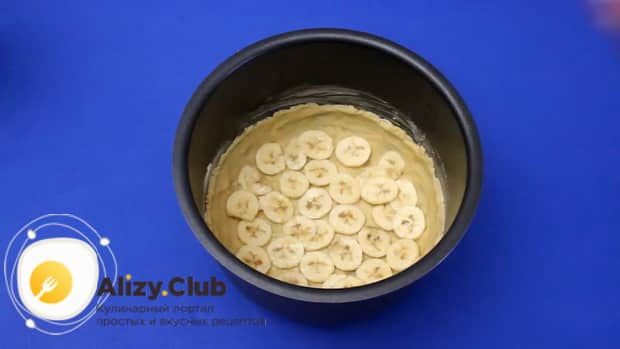 Для приготовления бананового пирога на кефире, выложите пирог слоями.