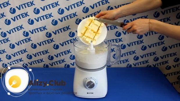 Для приготовления бананового пирога на кефире, смешайте ингредиенты для теста.