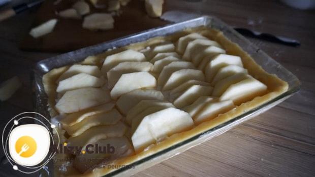Перед тем творожный пирог с яблоками положите на тесто яблоки.