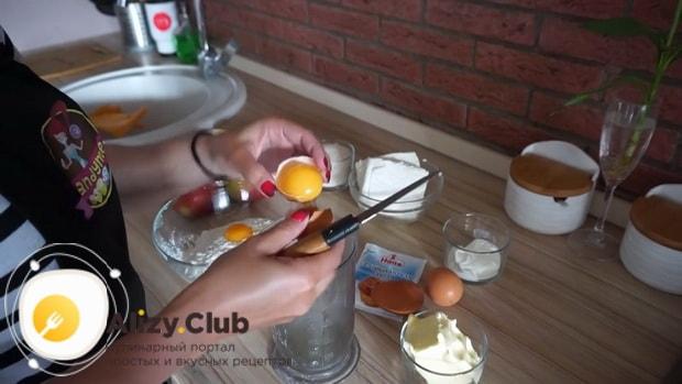 Перед тем творожный пирог с яблоками взбейте яйца.