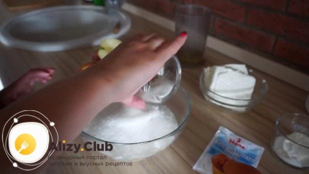 Перед тем творожный пирог с яблоками приготовьте тесто.