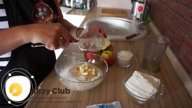 Перед тем творожный пирог с яблоками приготовьте творожный крем.