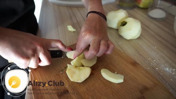 Перед тем творожный пирог с яблоками нарежьте яблоки.