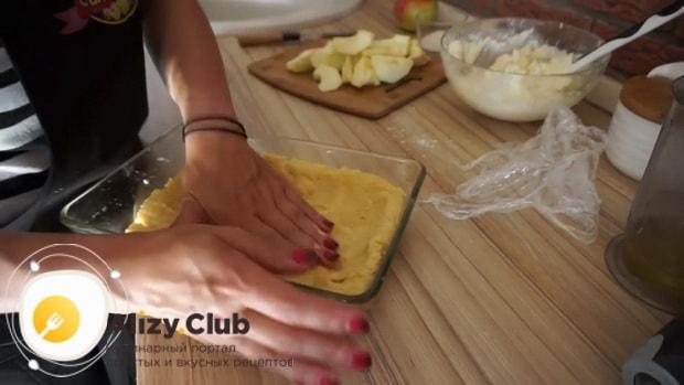 Перед тем творожный пирог с яблоками выложите тесто в форму.