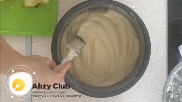 Тесто с творогом для пирога с яблоками, выложите на творожную начинку.