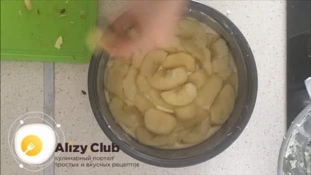 Пирог с творогом и яблоками в мультиварке готовится легко.