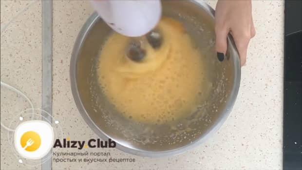 Перед тем творожное тесто для пирога с яблоками взбейте яйца с сахаром.