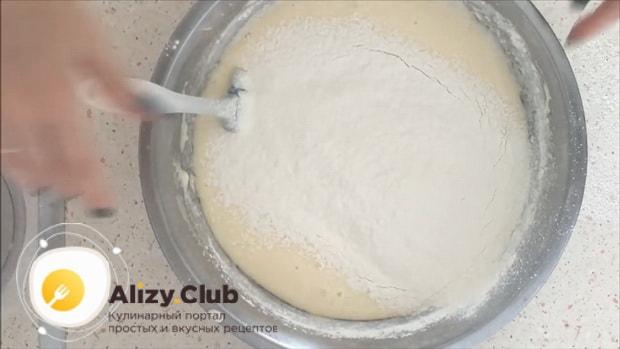 Добавьте в творожное тесто для пирога с яблоками муку с разрыхлителем.