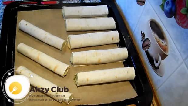 Для приготовления пирожков из лаваша, выложите пирожки на противень.
