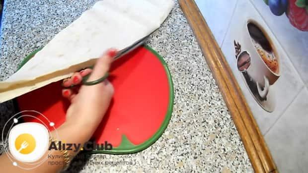 Для приготовления пирожков из лаваша, нарежьте лаваш.