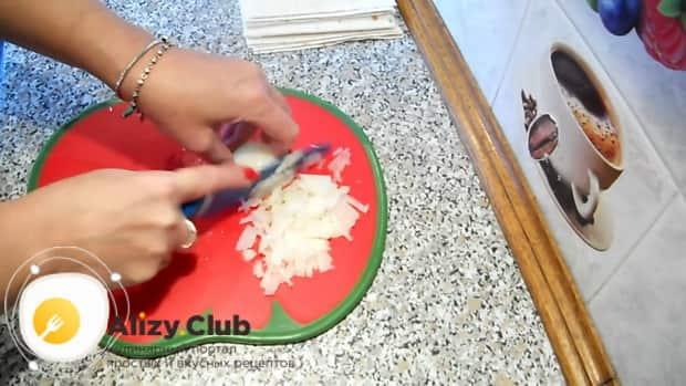 Для приготовления пирожков из лаваша, нарежьте лук.