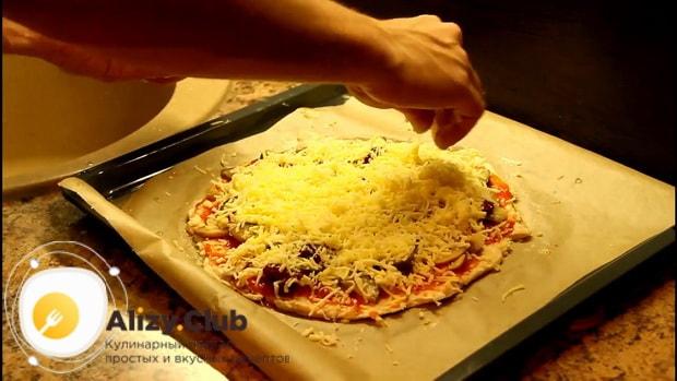 Для приготовления пиццы из куриного фарша вместо теста, натрите сыр.