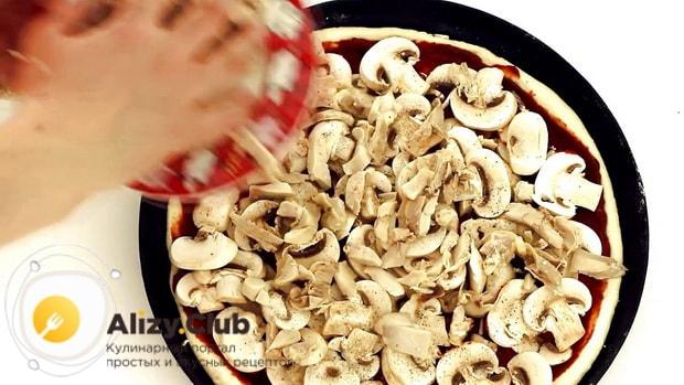 По рецепту, для приготовления пиццы с шампиньонами положите на тесто грибы с мясом.