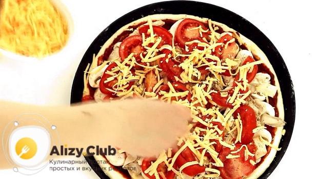 По рецепту, для приготовления пиццы с шампиньонами положите сыр.