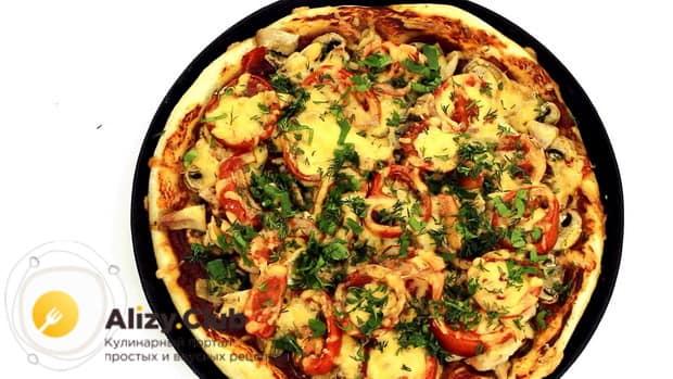 Вкуснейшая пицца с грибами готова.