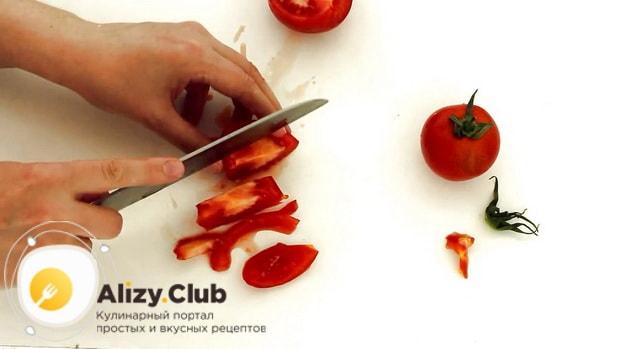 По рецепту, для приготовления пиццы с шампиньонами нарежьте помидоры.