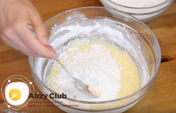 Постепенно подсыпаем мучную смесь и замешиваем крутое тесто