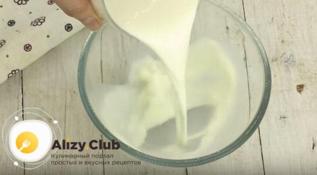 Теплое молоко переливаем в глубокую миску