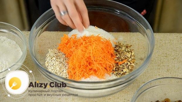 Натрите морковь для приготовления морковного печенья.