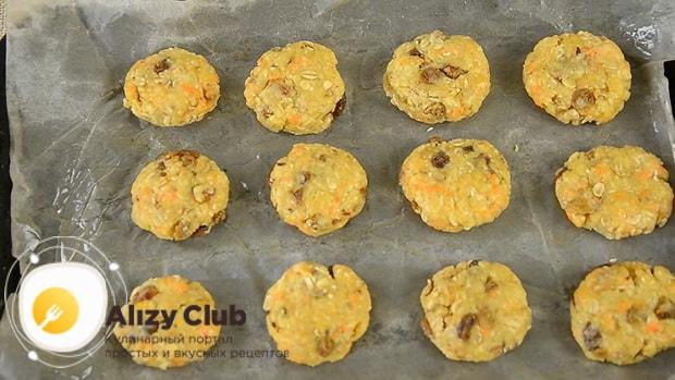 Выложите тесто на противень для приготовления морковного печенья.