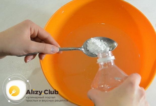 Перед тем как приготовить печенье на огуречном рассоле, погасите соду уксусом.