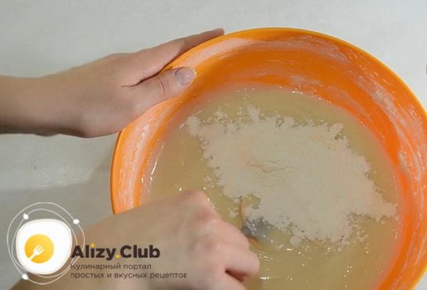 Перед тем как приготовить печенье на огуречном рассоле, приготовьте тесто.