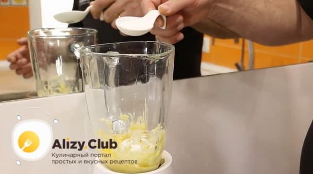 Для приготовления блинов с бананом, добавьте в тесто сахар.