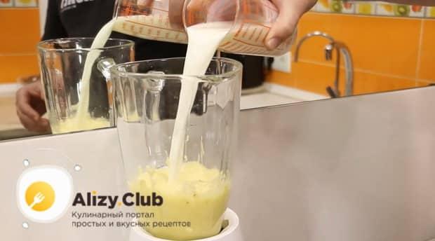 Для приготовления блинов с бананом, добавьте в тесто молоко.