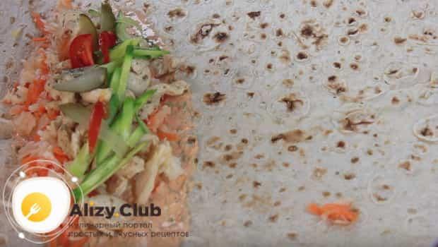 Выкладываем огурцы с помидорами на лаваш